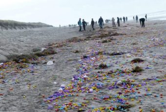Vokietijoje į krantą išmesti tūkstančiai plastikinių kiaušinių su žaisliukais