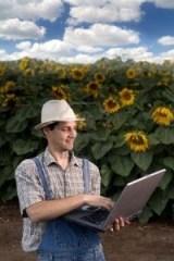 agricultor de alimentos orgánicos con computadora