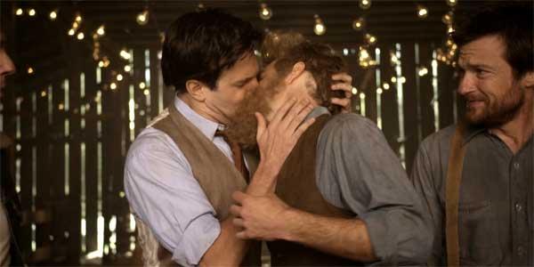Jason Sudeikis & Ed Helms kiss