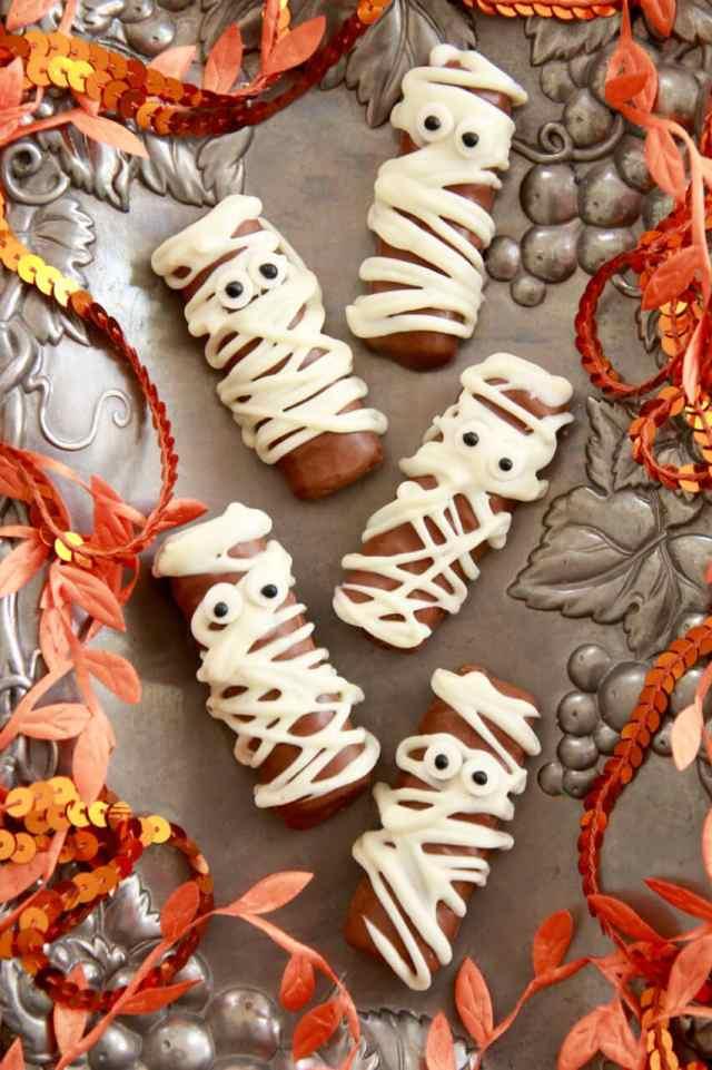 Halloween recipes, twix, twix candy bars, halloween treats, Halloween party ideas, halloween desserts,Halloween cookies, monster Cookies, cookies for halloween, Halloween party ideas, halloween recipes, Halloween treats, Recipes for Kids