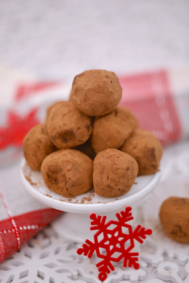 chocolate hazelnut balls, chocolate hazelnut cookie balls, christmas cookie balls, truffle balls, cookie balls, homemade christmas cookie balls, how to make christmas cookie balls, christmas balls, ball cookies christmas, homemade truffle balls, balls, baking balls, dessert balls, christmas cookie balls help