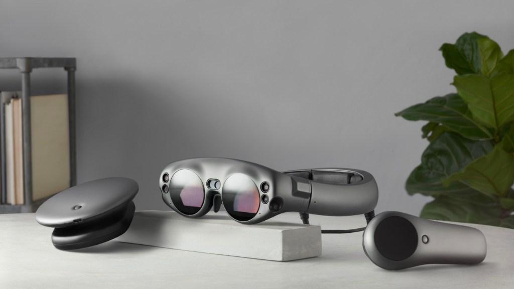 Šest kamer na brýlích umožňuje zařízení přesně sledovat naši pozici, takže se můžeme volně pohybovat a ovládat jej pomocí regulátoru detektoru pohybu.