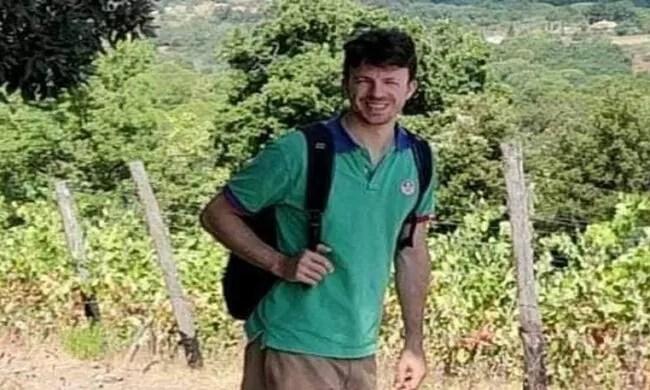 Uomo disperso in montagna