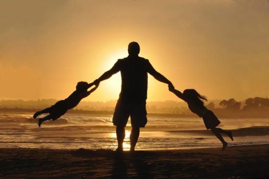 vader met kinderen en bidden