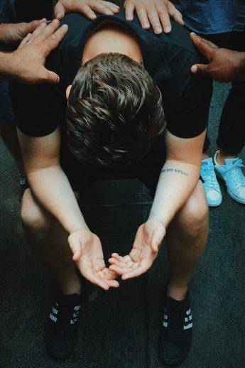 biddende man voor Gods leiding, volwassendoop