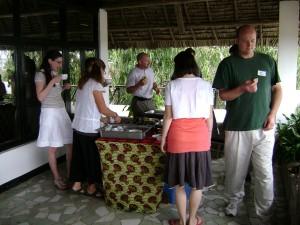 Om 10 uur hebben we altijd 'chai' (thee), hier na de sessie over animisme in Tanzania.