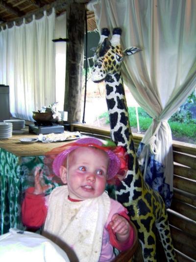 Elisa met haar zomerhoedje (onder bewaking). Net een klein Beatrixje, toch?!