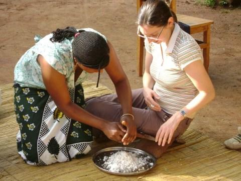 Vrijdag hebben we zo'n 80 Swahili woorden geleerd die met het 'klaarmaken van eten' te maken hebben. Hier zit Dorien op een 'kokosnootschraapstoeltje' en leert zo kokossap te maken