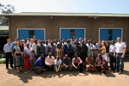 Een foto met bijna iedereen van het bijbelvertaalteam in Musoma. Zoek de Kamphuisjes!