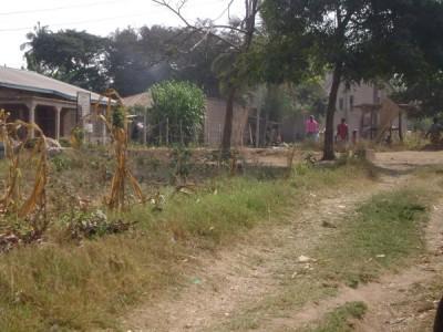 Deze foto is genomen vanaf ons erf. Het grijze gebouw in de verte (waar Dorien naar toe loopt) is de kerk waar we het vaakst naar toe gaan (African Inland Church of Tanzania), dus zo'n minuutje lopen vanaf ons huis.
