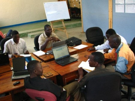 Drie vertaalteams aan het werk