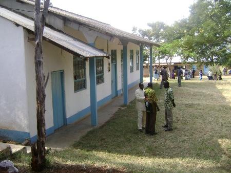 In de leslokalen in het gebouw links hadden we de colleges