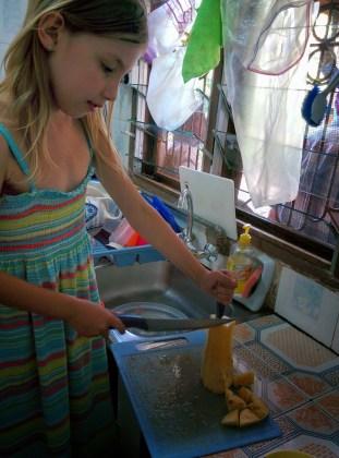 Huishelp wordt zeer gewaardeerd. Hier ananas snijden.
