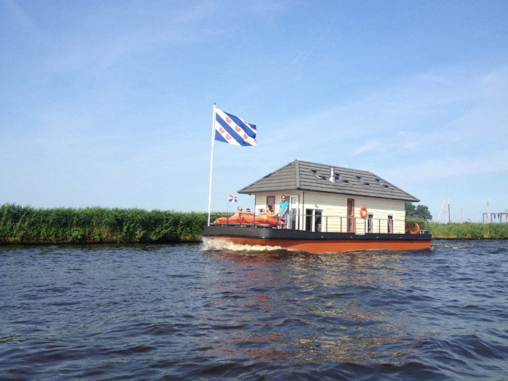 Bijzondere Overnachting Origineel Overnachten Slapen op een woonboot op het Sneekermeer3