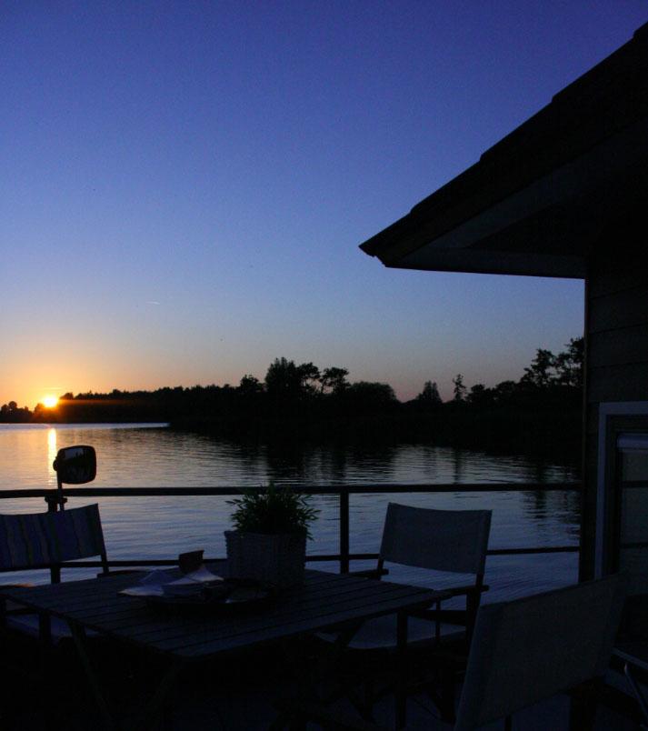 Bijzondere Overnachting Origineel Overnachten Slapen op een woonboot op het Sneekermeer4