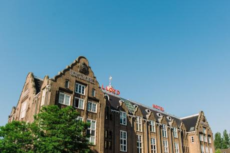 Slapen in voormalig scheepshoofdkantoor Lloyd Hotel Amsterdam