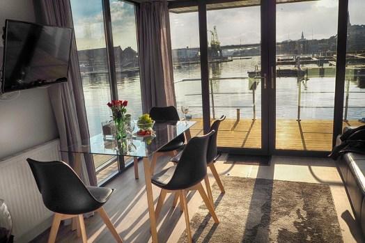 Bijzondere-Overnachting-Origineel-Overnachten-Slapen-op-de-Tiny-Hanzeboat-met-uitzicht-op-Zwolle2