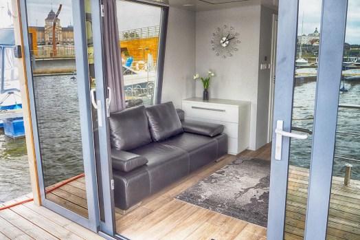 Bijzondere-Overnachting-Origineel-Overnachten-Slapen-op-de-Tiny-Hanzeboat-met-uitzicht-op-Zwolle3
