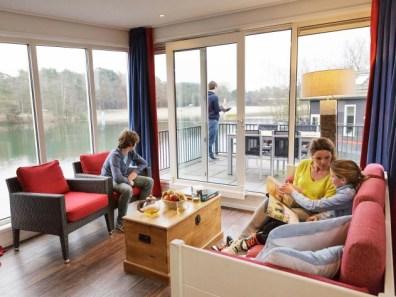 Bijzondere-Overnachting-Origineel-Overnachten-Slapen-op-het-water-in-een-woonboot-van-Center-Parcs-Kempervennen8