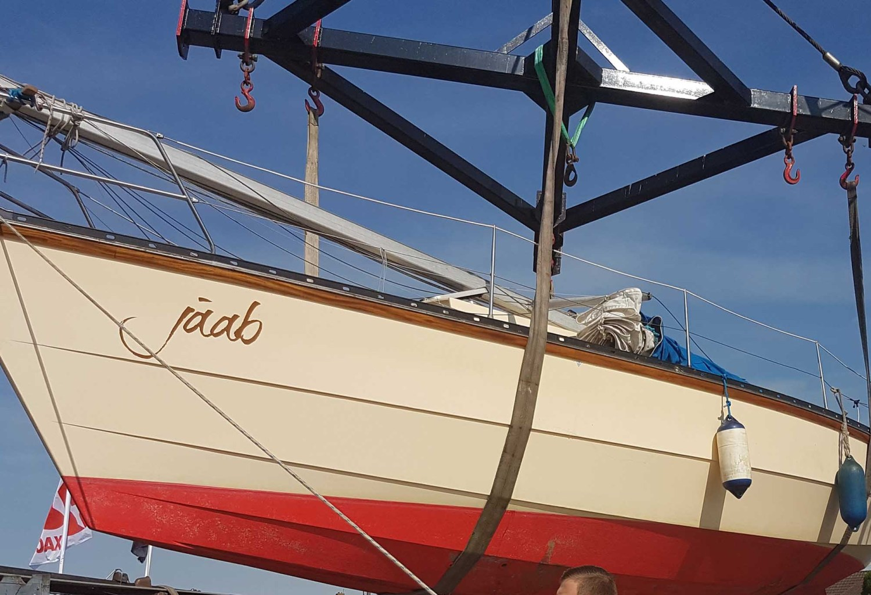 Slapen op een zeilboot op het droge aan de Zeeuwse Kust
