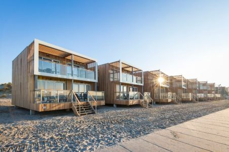 Bijzondere Overnachting Slapen op het strand in een strandhuisje hoek van holland-beachvilla039s-1