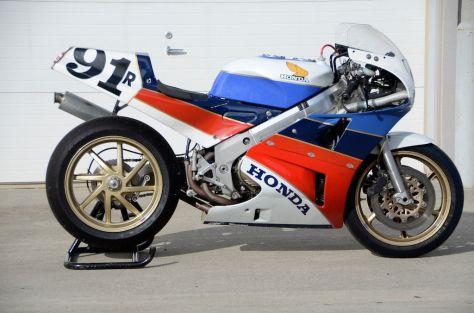 1988 Honda RC30 - Right Side