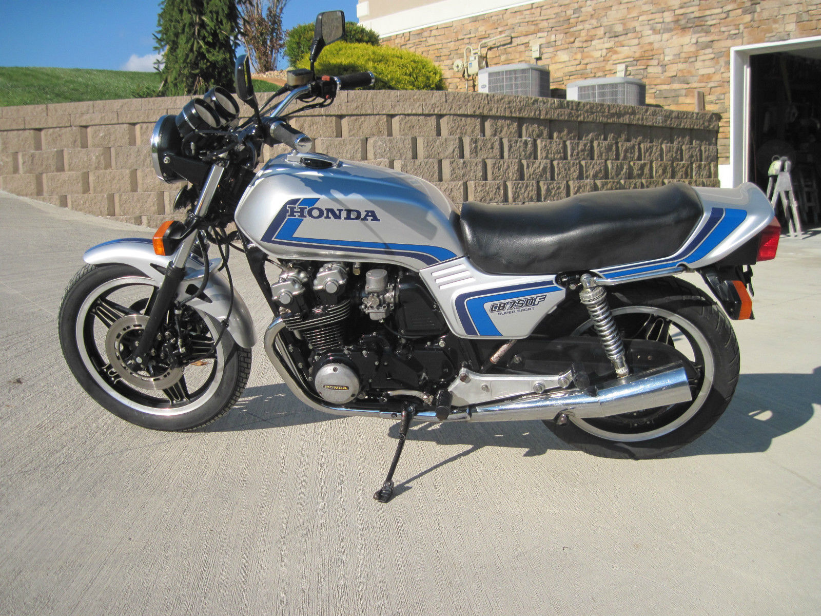 1982 Honda CB750F + Freddie Spencer Helmet | Bike-urious