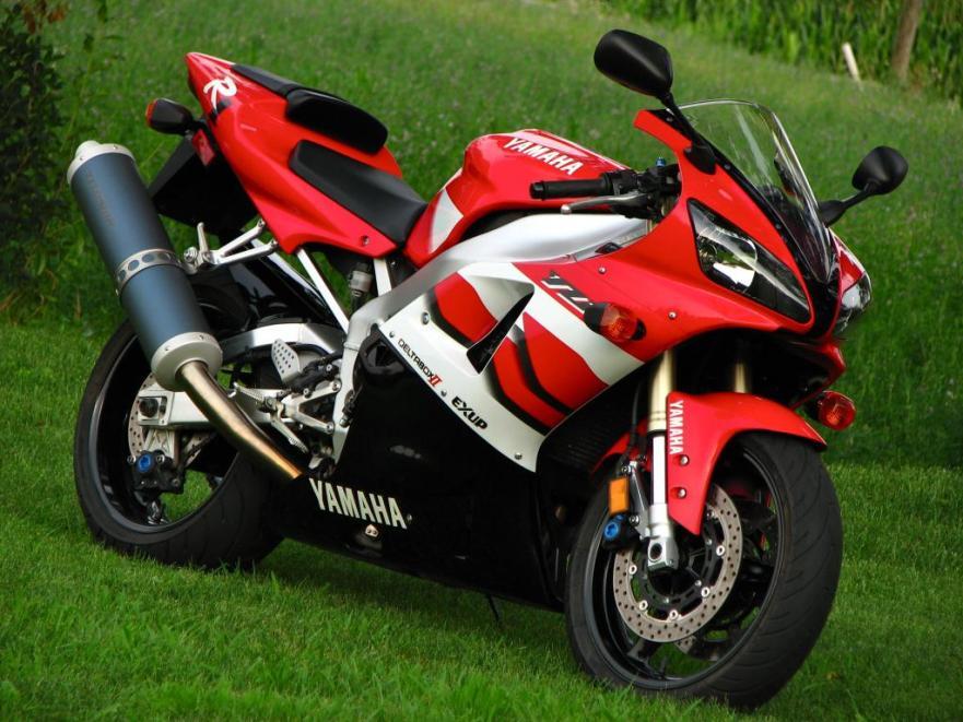 Yamaha R1 - Right Side