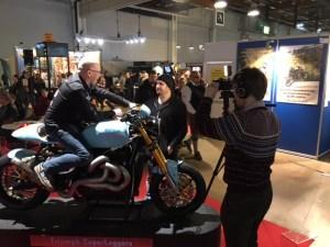 Rysk TV intervjuar Janne Huhtala om Rocket III-bygget.