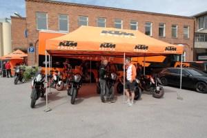 Motorrads Linus Bankler samspråkar med David Järvfjord från KTM.