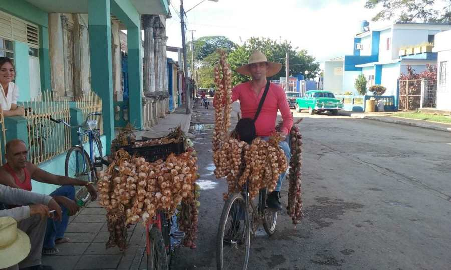 Meeting a bicycle garlic vendor while touring by bike in Cuba