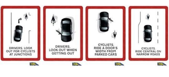 Quattro attenzioni fondamental sulla stradai: 1. Automobilisti, guardate a destra prima di voltare; 2. Automobilisti e passeggeri, guardate indietro prima di aprire la portiera; 3. Ciclisti, pedalate al di là del raggio delle portiere; 4. Nelle strade strette pedalate al centro.