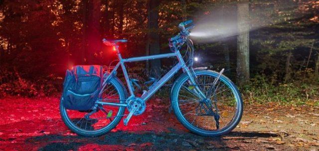 una bicicleta con luces delanteras y traseras