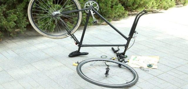 una bicicleta desmantelada en el suelo