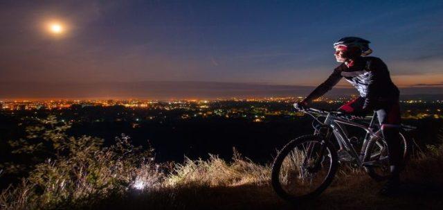 un hombre en su bicicleta de montaña fuera de la ciudad