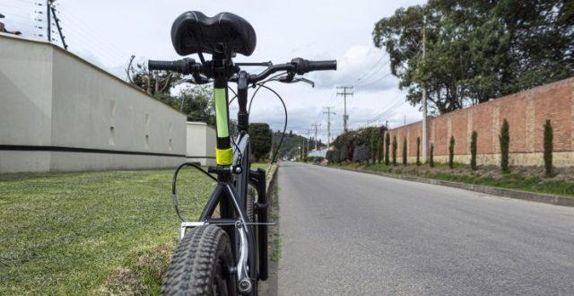 la imagen muestra la parte trasera de una bicicleta de montaña