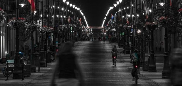 personas en bicicleta en la ciudad.
