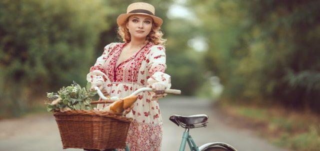 Mujer embarazada disfrutando de un paseo en bicicleta al aire libre