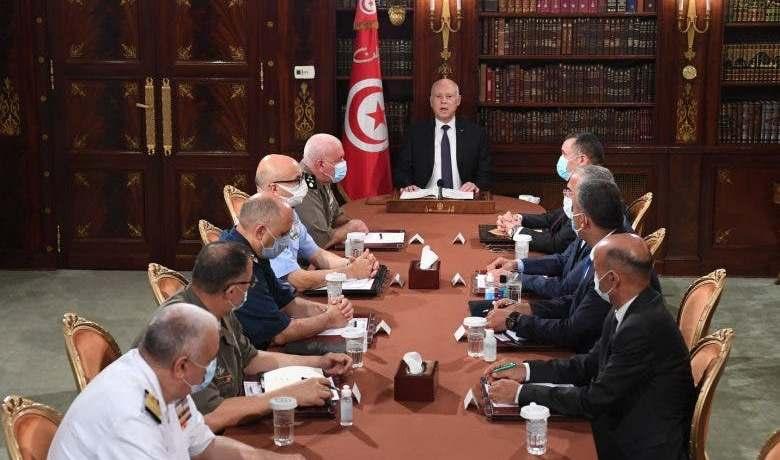 الرئيس التونسي يعفي رئيس الحكومة ويُجمِّد البرلمان ويُجرِّد النواب من الحصانة