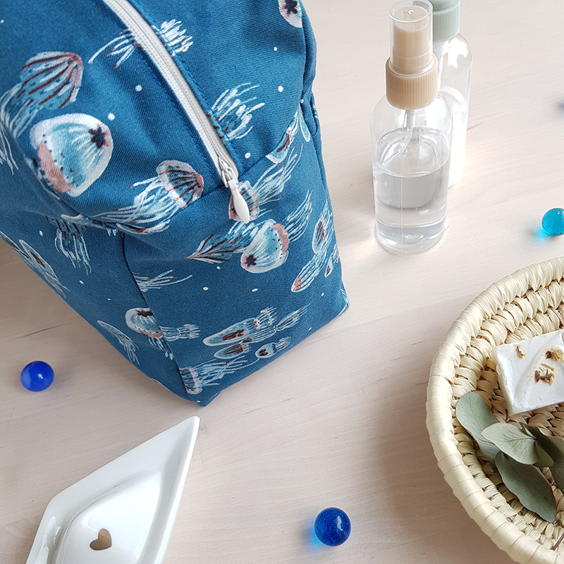 cadeau naissance bebe garcon original pratique bleu marin mer poulpe trousse toilette grande capacite familiale bilboquet