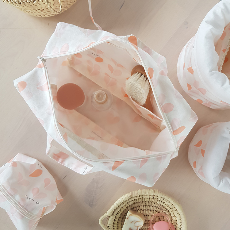 trousse toilette familiale rose poignee vacances cadeau bebe maman liste idee made in france bilboquet lyon