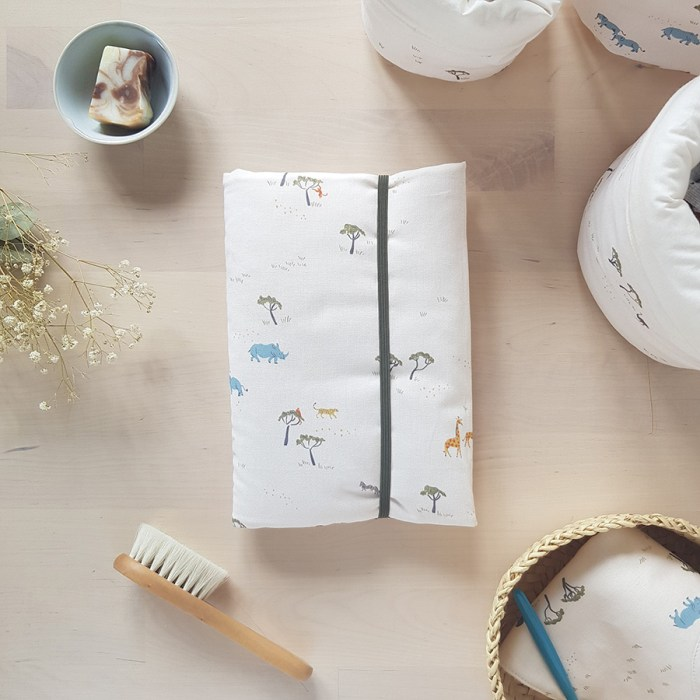 protege carnet de sante bebe fille garcon housse tissu elastique cadeau naissance originale made in france fabrication francaise lyon bilboquet kids bilboquetkids createur petite marque beige animaux bio ooekotex lion girafe