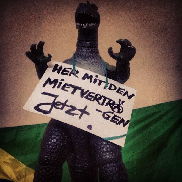 """Wohnen ist Menschenrecht! Deko in der """"neu bezogenen"""" Hammerdorfstr :-)"""