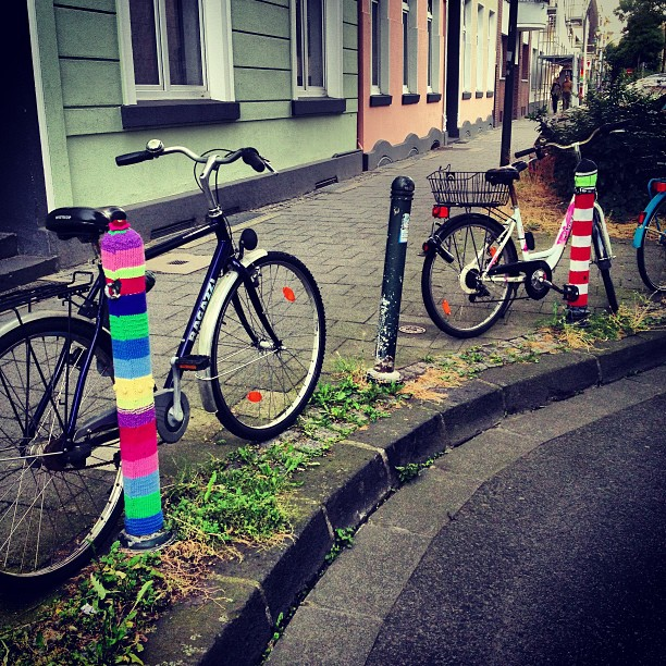 Hab ich schon mal erwähnt das ich mein Viertel wirklich mag? ;-) #streetart #urbanart #knitting