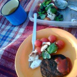 Veggiburger an Tomatensalat....