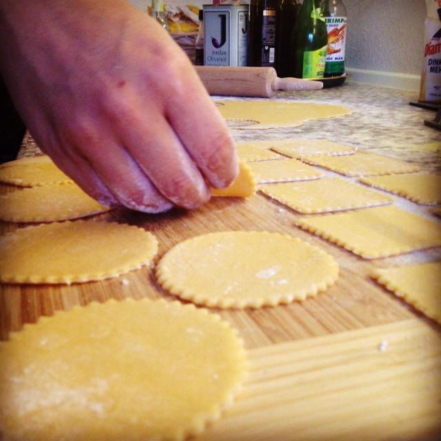 Pasta-Produktionsstraße :-) Gemeinsam die Küche von Freunden in Schutt & Asche legen ...