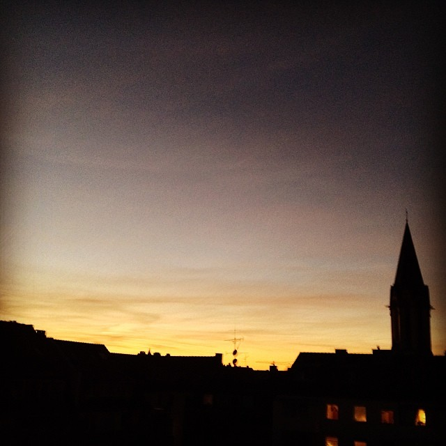 Gähn. Frühes Morgenlicht über den Dächern...