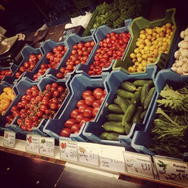 Also dem bunten Tomatensalat steht nix mehr im Wege ;-) #bilk #friedensplaetzchen #markt