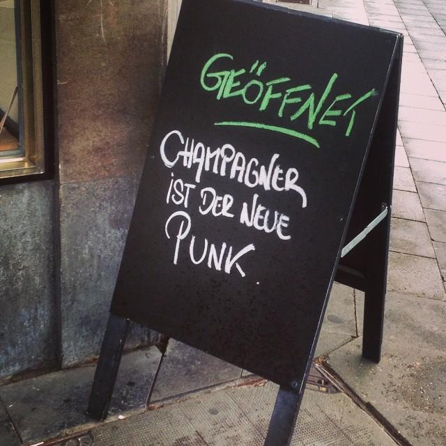 ...öhm... 'Champagner ist der neue Punk'?! Nee, ist klar.