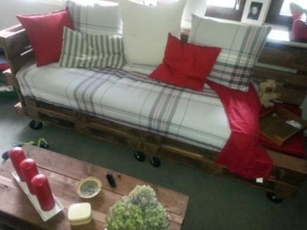 diy sofa aus paletten bilkorama. Black Bedroom Furniture Sets. Home Design Ideas